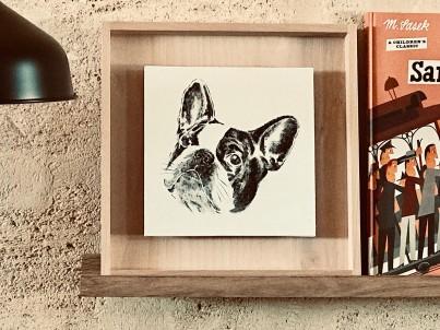 photo d'un portrait d'un bouledogue français sur étagère